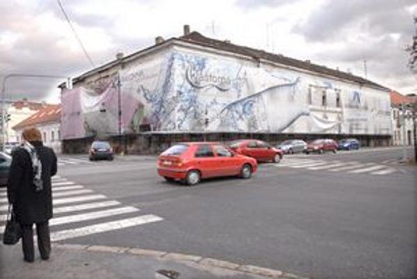 """Strecha netečie. Majiteľ """"strašiaka"""" na rohu Alžbetinej a Moyzesovej ulice začal s opravu domu od strechy."""