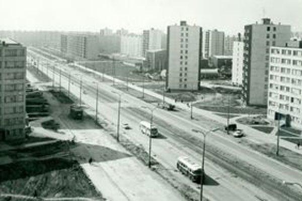 Terasa v roku 1967. Magistrát ešte nestál a problémy s parkovaním si ľudia nevedeli predstaviť.