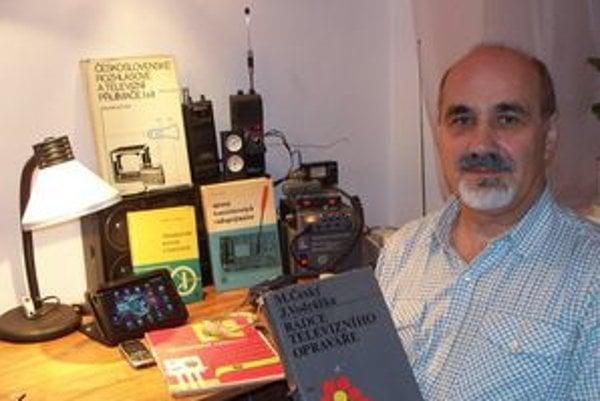 J. Klein má aj dnes doma zbierku kníh, z ktorých kedysi čerpal vedomosti.