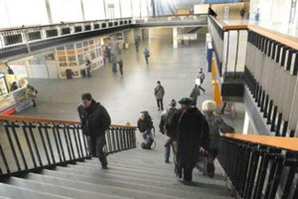 Stanica. Radiátory sú vypnuté, zima ako na Sibíri sa nepáčila viacerým cestujúcim.