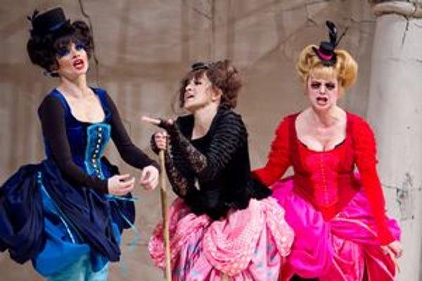 Tri v tom je predstavenie inšpirované talianskym renesančným divadlom.
