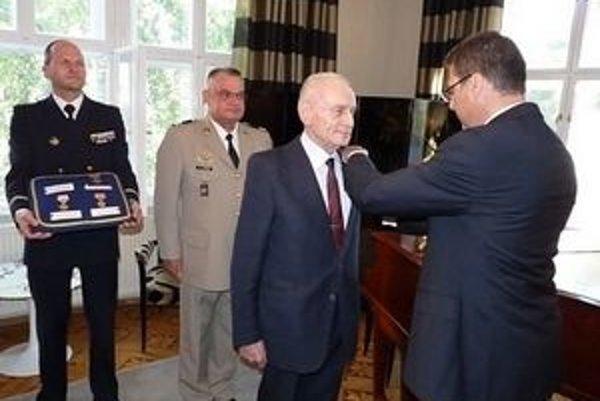 Pri preberaní francúzskeho vyznamenania (2011).