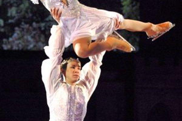 Popoluška a princ. Krasokorčuliari Jelena Jovanovič a Konstantin Gavrin stvárnili hlavné postavy.