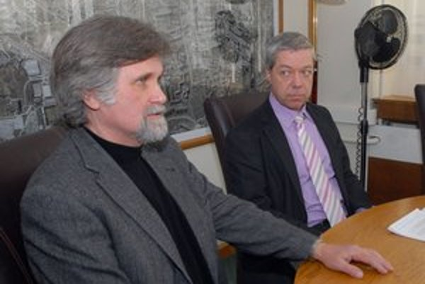 Porada. Zľava V. Malinovský a R. Bauer.