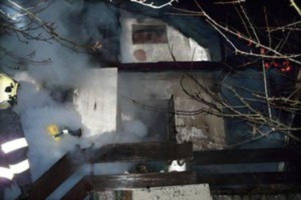 Hasiči bojovali s požiarom štyri hodiny.