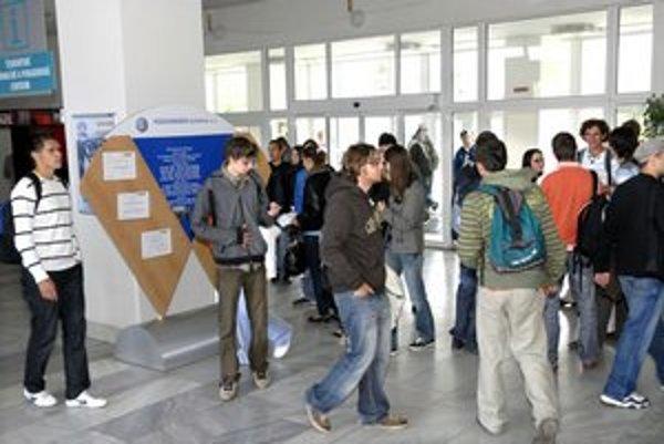 Slovenskí študenti. Budú porovnávaní s ďalšími 15 krajinami.