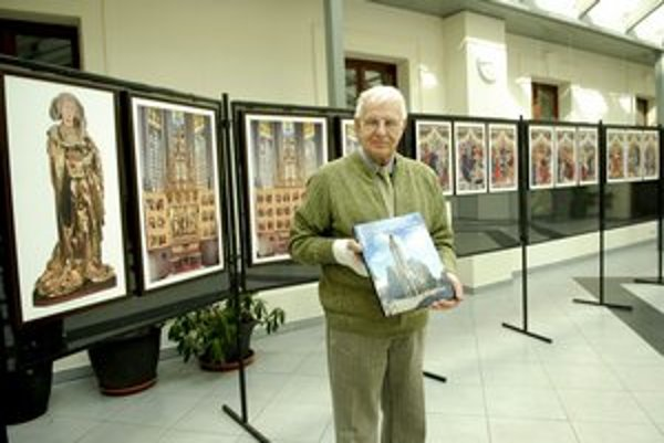Vybrané oltárne snímky A. Jirouška obsahuje aj kniha o dóme.