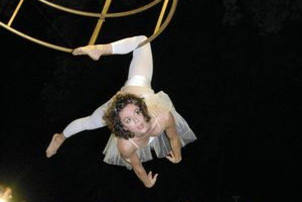 Vzdušný tanec. Seiline Vallée zo súboru Décalages nie je v Košiciach po prvýkrát. Spolu so Salvim Salvatorem tu svoje umenie predvádzali už niekoľkokrát a ich umelecky zvládnutá a náročná výšková akrobacia si vždy vyslúži nadšené ovácie.