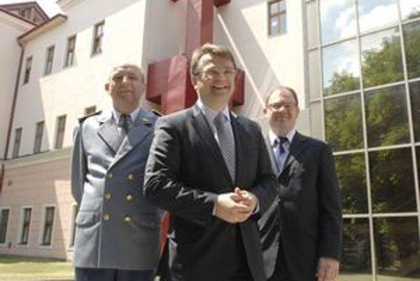 Spokojnosť. Zľava riaditeľ Vladimír Šafčák, minister Ivan Uhliarik, predseda predstavenstva Peter Kalanin.