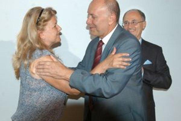 Slávnostná chvíľa. Jeho excelencia Danko Prokić blahoželá honorárnej konzulke Srbskej republiky Eve Děkanovskej.