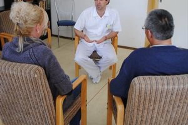 B. Bodnár pri terapii s pacientmi.