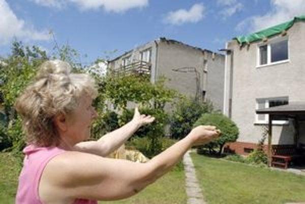 Pani Galina. Strechy odnieslo jej i susedovi, modlí sa, aby neprišla ďalšia búrka či dážď.