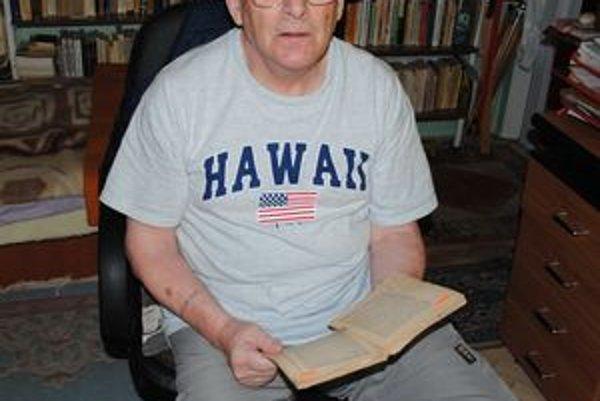 Cs. Kende pri čítaní starej maďarskej knihy, kde sa spomína jeho otec.