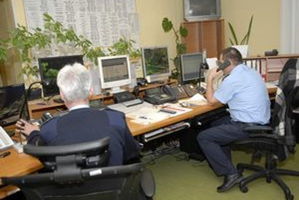 Operátori si denne vypočujú desiatky nezmyselných, neraz i vulgárnych či posmešných, ale najmä neoprávnených volaní.