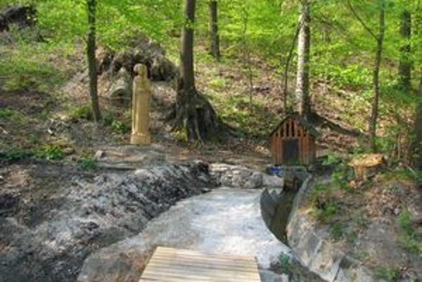 (Ne)zrekonštruovaný prameň. Lesníci dali do poriadku len okolie, vodu nechali tak, ako tiekla doteraz.