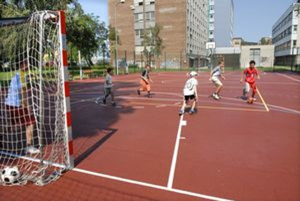 Ihriská sa otvárali na športovanie pre deti a mládež.