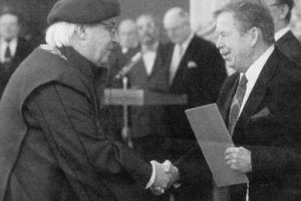 Pri druhom zvolení za rektora pražskej Akadémiu múzických umení v roku 2002 inauguroval P. Toperczera do funkcie český prezident Václav Havel.