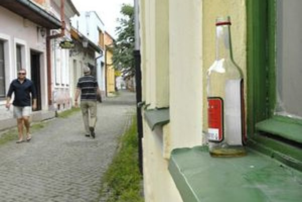 Ulička remesiel je schátraná, skôr než turistov láka popíjajúcu mládež.