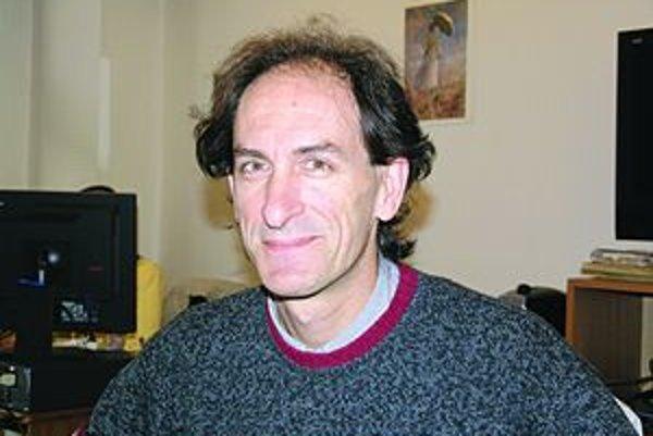 Paolo Gatto. Členovia opery sa vzbúrili proti jeho ponižovaniu. On obvinenia odmieta, zo stoličky šéfa však musel odísť.