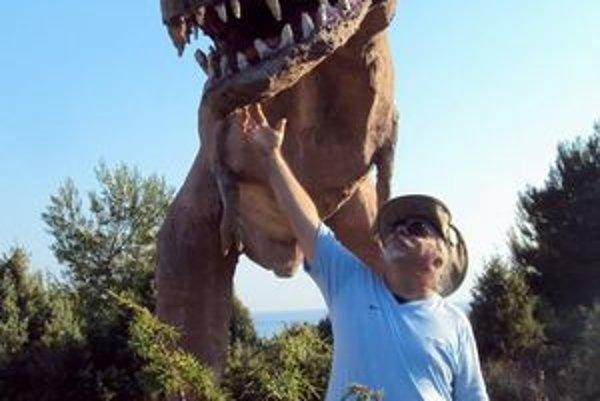 V skutočnosti by sa tyranosaurus takto L. Madlenákovi poštekliť nedal.