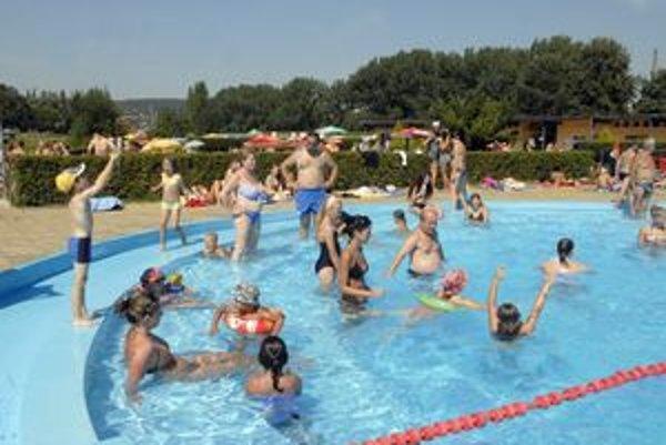 Sezóna trvá. Teplo necháva areály kúpalísk otvorené. Okúpať sa dá ešte na Rybe, ale aj na mestskej plavárni.