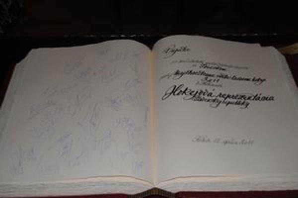 Košice majú pamiatku aj na hokejovú reprezentáciu, ktorá tu hrala pred hokejovým šampionátom. Prijal ich primátor Richard Raši (Smer-SD).