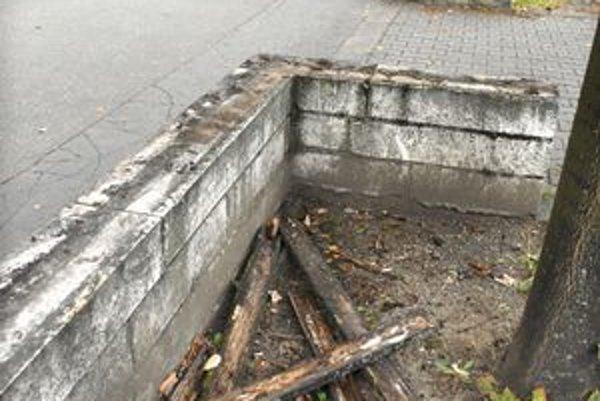 TPF:Drevá ktosi vylomil, ostali len klince v betóne