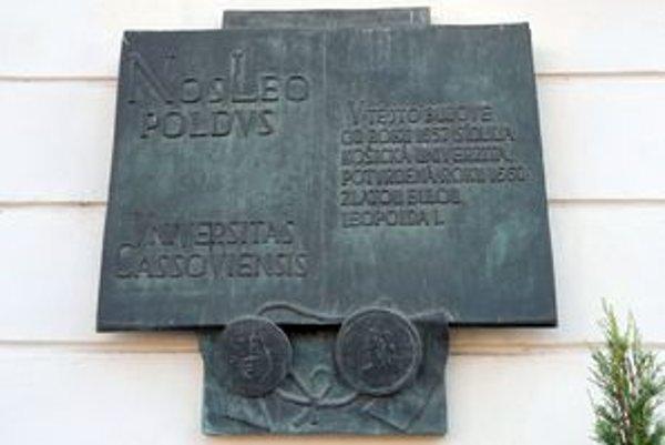Pamätná tabuľa Košickej univerzity je na Hlavnej ulici.
