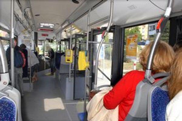 V autobuse číslo 10. Statočná dôchodkyňa napomenula cestujúcich, aby si označili lístok.