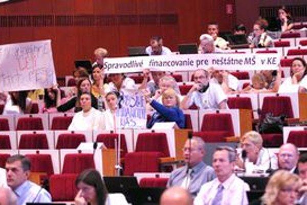 Transparenty v hľadisku poslancov nepresvedčili...