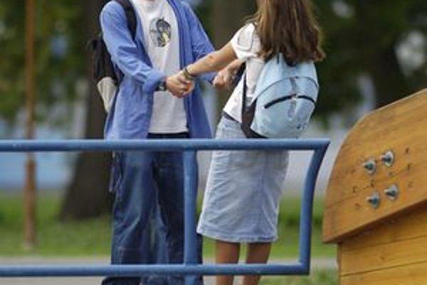 Pred školami aj na ich chodbách pribúdajú intímnosti.
