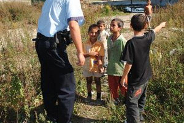 Jedno z detí ukazuje, kde si poranilo ruku.