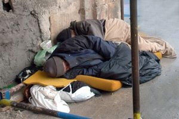 Mesto nechce, aby bezdomovci v zime mrzli na ulici.
