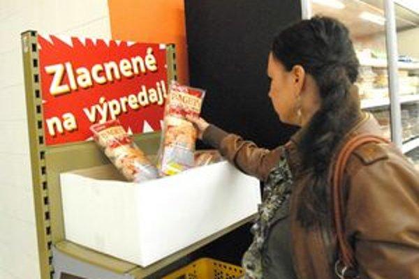Špeciálne regály. Obchody do nich dávajú tovar pred ukončením záruky.
