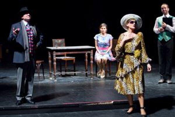 Anouilhovo Vtáčatko. Na pozadí satirického zobrazenia života v divadelnom zákulisí ukazuje agóniu vzťahu mladého manželského páru.