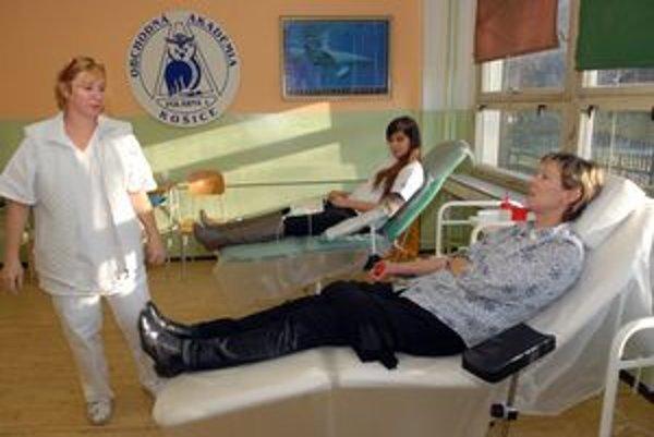 Darovanie krvi. Nezaváhali študenti ani učitelia.