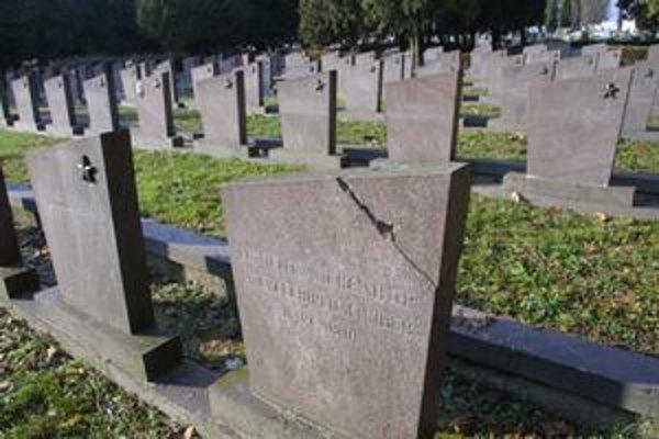 Mesto sa zatiaľ stará iba o hroby padlých vojakov.