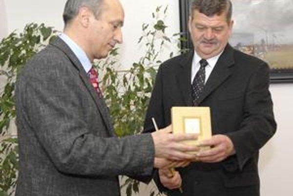 Slávnostný akt. Riaditeľ múzea Jozef Csobádi (vpravo) neskrýval radosť z ocenenia.