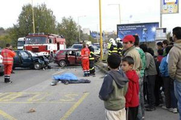 Myslavská cesta v Košiciach. V októbri tu vyhasol po čelnej zrážke život jedného z vodičov. Päť ľudí bolo zranených.