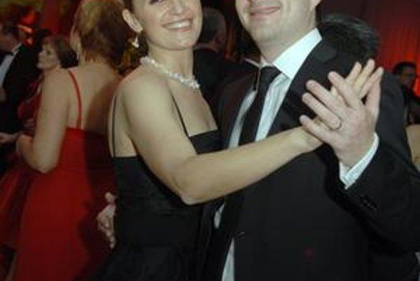 Na plese s priateľkou. V minulosti sa tancu venoval profesionálne.