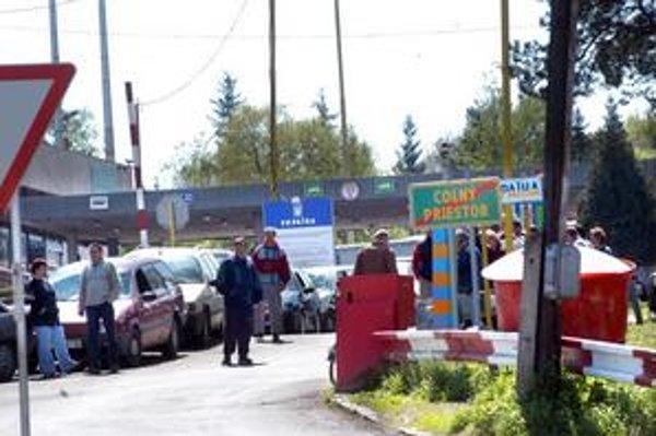 Hraničný priechod Vyšné Nemecké. V decembri 2005 tu priamo na pracovnej porade kukláči zadržali skoro celé oddelenie hraničnej kontroly. Súdy policajtov jedného po druhom oslobodzujú.