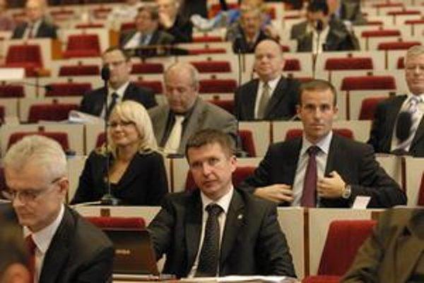 Nezávislý poslanec Kažimír. Ako policajt nesmie byť členom politickej strany ani vykonávať iné platené funkcie.