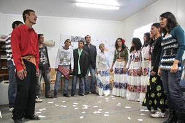 Divadlo z chatrče. Predstavenie rómskych detí si budete môcť pozrieť zajtra v Moldave nad Bodvou.