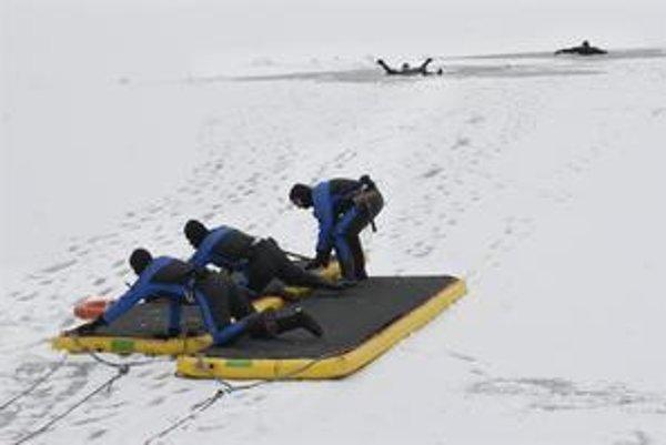 Záchranné lávky. Hasiči sa nimi dostanú k topiacemu aj po nestabilnom ľade.