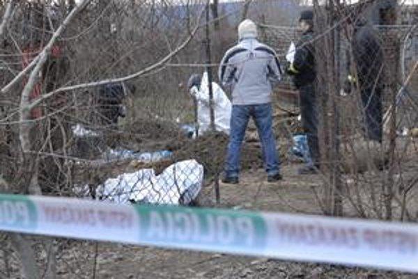 Hrob v záhrade. Telo vykopali 21. januára.