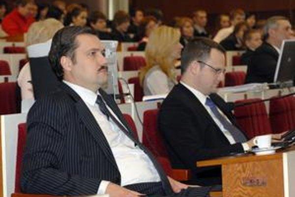 Viliam Novotný (vľavo) a Marek Vargovčák. Bývalý a súčasný krajský šéf SDKÚ. Prvému sa hlasovanie so Smerom nepáči. Druhý mlčí.