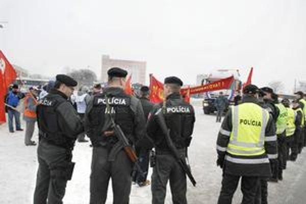 Autobusová stanica. Proti štrajkujúcim zasiahli ťažko vyzbrojení policajti.