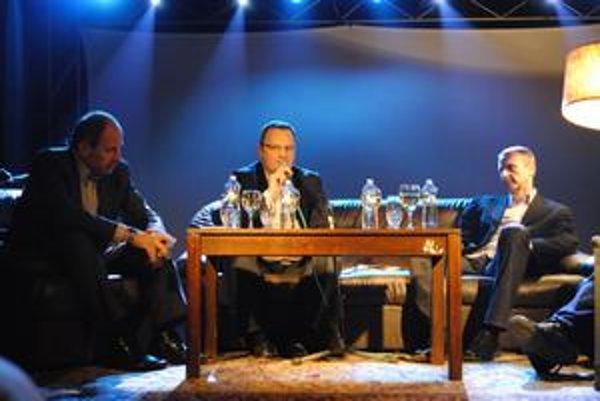 Politici pred Košičanmi. Diskusia prebiehala vo väčšej sále a na príjemnom pódiu. Jediným negatívom bola zima.