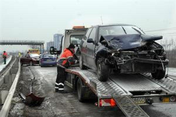 Hromadná nehoda. Plechy sa krčili, zranení neboli. Autá boli porozhadzované po ceste ako kolky.