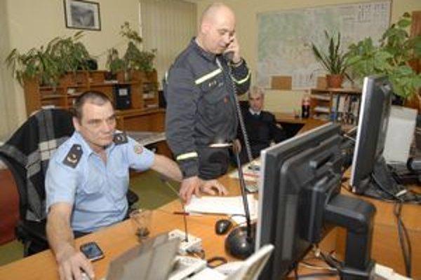 Operačné stredisko hasičov. Bolo im podozrivé, že na ich telefónne číslo 150 nikto netelefonoval. Zistili, že ani nemohol. Pre poruchu.
